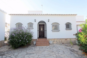 Perfect holiday villa for 6 people with swimming pool, mooring on canal and central location in Empuriabrava, Costa Brava, for rent.