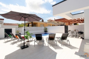 New luxury holiday villa for 8 persons with heated pool, beautiful terrace and garden for rent in Empuriabrava, Costa Brava, Spain